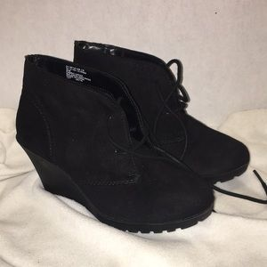 White Mountain wedge ankle boot size 6 m  black